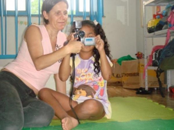 Rita de Cácia Oenning da Silva teaches kindergarten students how to use the camera in a favela of Rio de Janeiro. Credits: Kurt Shaw